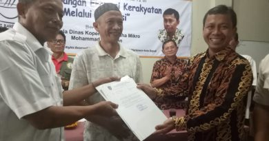 Kadis DKUM Depok Serahkan Berkas Perijinan Koperasi Sekber Wartawan Sejahtera